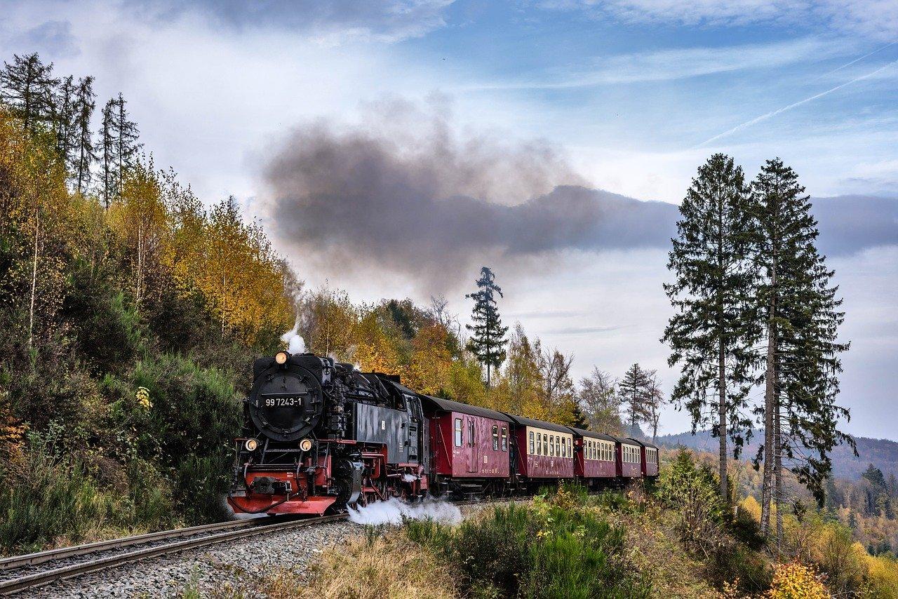 steam-locomotive-2926525_1280-2